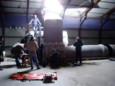 Die Dreharbeiten werden in einem nachgebautem Schacht in einer Lagerhalle fortgesetzt.